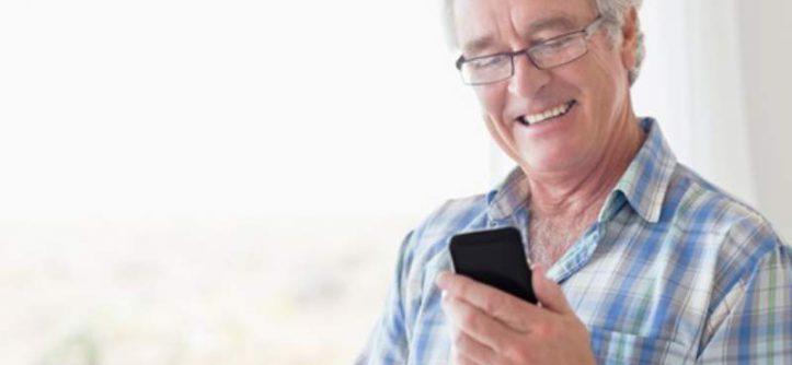 anziano e smartphone